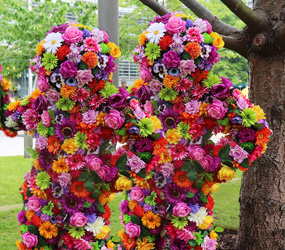 GARDEN & FLOWER THEMED ENTERTAINMENT - LIVING FLOWER MEN- BLOSSOM IN HUGS INTERACTIVE ACT TO HIRE UK