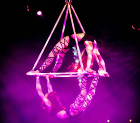 GREATEST SHOWMAN themed entertainment - aerial acrobatic pyramid act