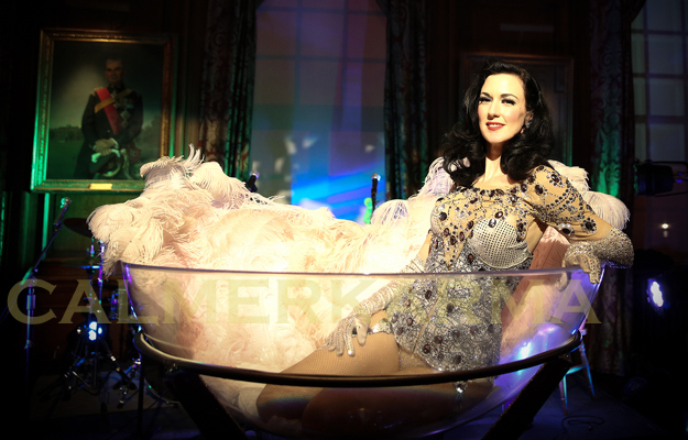BURLESQUE PERFORMER - BURLESQUE SHOWGIRL IN GIANT MARTINI GLASS ACT
